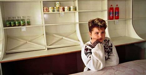 """Venäjä devalvoi ruplan elokuussa 1998. Syyskuussa 1998 HS vieraili Natasha Tushnovan kyläkaupassa, josta oli kadonnut ostettava ruplan romahduksen jälkeen. """"Uutta tavaraa ei ole tullut tilalle, silla hinnat ovat liian korkeat tavallisen kyläläisen kukkarolle"""", kuvatekstissä luki."""
