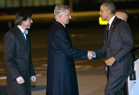 Yhdysvaltain presidentti Barack Obama saapui Brysseliin tiistai-iltana. Hänet ottivat vastaan lentokentällä Belgian kuningas Philippe (keskellä) ja pääministeri Elio Di Rupo (vas.).