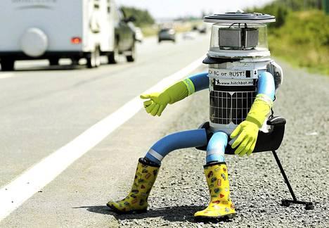 Hitchbot robotti istui Valtatie 102:n varressa.