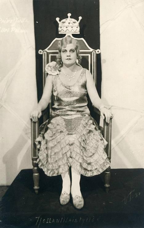 Elokuvanäyttelijänä myöhemmin tunnettu Siiri Angerkoski (1902–1971) nousi ammattilaiseksi 1920-luvun työväenteattereissa. Tässä Jyväskylässä prinsessa Jutan roolissa. Kirjan kuvitusta.