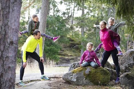 Saku Selin ja Anita Laulumaa-Selin viettivät työajan yhdessä jo ennen koronaepidemiaa. Kodin he jakavat kolmen tyttären ja yhden pojan kanssa.