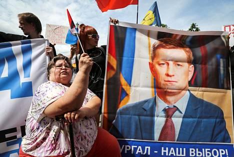 Mielenosoittajat kannattelivat vangitun kuvernöörin Sergei Furgalin kuvaa Habarovskissa heinäkuussa. Mielenosoitukset keräsivät suurimmillaan kymmeniä tuhansia osanottajia ja herättivät huomiota Moskovassa asti. Huomiota lisäsi se, ettei muita isoja mielenosoituksia juuri ollut.