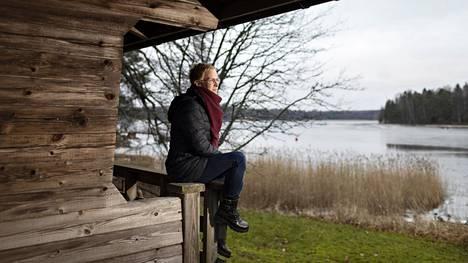 Minna Kumpula perheen tulevalla kotitontilla Kirkkonummen Jorvaksessa.