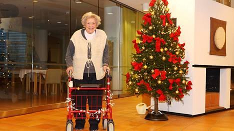 Jouluvalokisan voitti Lea Irene Kanerva koristellulla rollaattorillaan. Kanerva asuu palvelutalo Wilhelmiinassa Helsingissä.