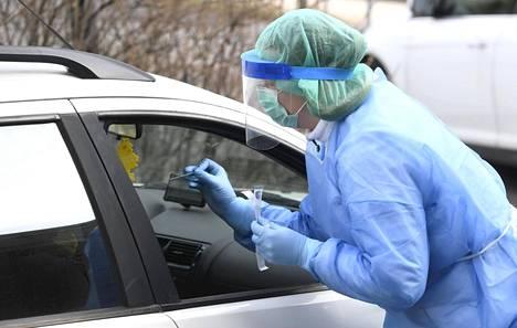 Terveyspalveluyritys Mehiläisen koronaviruksen drive-in-testausasema Espoossa 18. maaliskuuta 2020. Mehiläinen on aloittanut koronavirustestit sosiaali- ja terveydenhuollon ammattihenkilöille yhdessä THL:n kanssa.