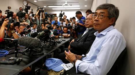 Kiinassa vankina ollut kirjakauppias Lam Wing-kee (oik.) kertoi kokemuksistaan tiedotustilaisuudessa Hongkongissa.