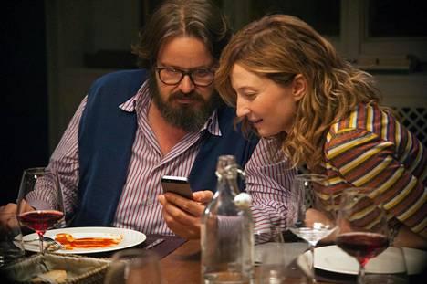 Peppe (Giuseppe Battiston) ja Bianca (Alba Rohrwacher) osallistuvat illalliselle, jossa kaikki illan aikana kännykkään tulevat viestit ja puhelut päätetään jakaa muille.