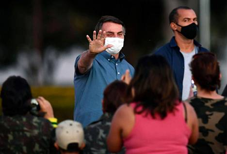 President Bolsonaro also met his supporters on Thursday, but with them he still wore a face mask.