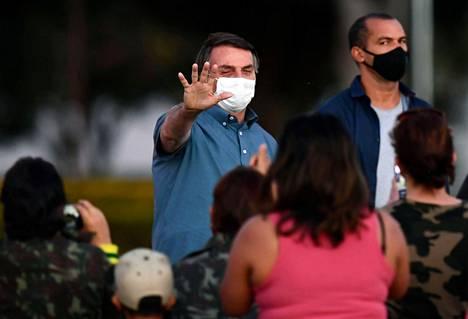 Le président Bolsonaro également rencontré ses partisans jeudi, mais avec eux, il a toujours porté un masque pour le visage.