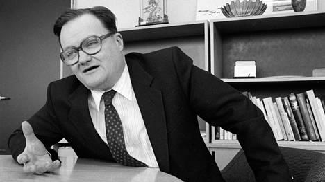 Professori Erik Allardt pöytänsä ääressä Suomen Akatemiassa vuonna 1986.