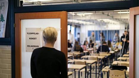 Opiskelijat valmistautumassa ylioppilaskokeisiin Helsingin Suomalaisessa Yhteiskoulussa keväällä 2020.