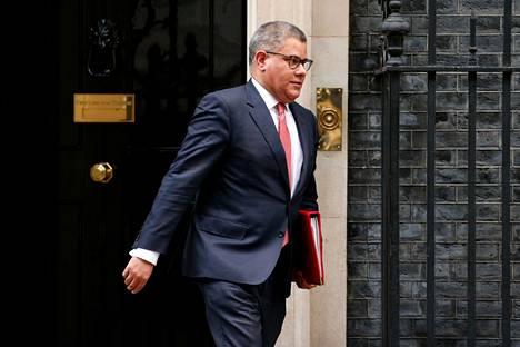 Britannian entinen talous- ja energiaministeri Alok Sharma on nyt kokopäiväinen COP26-puheenjohtaja. Hän istuu yhä myös Boris Johnsonin hallituksessa. Kuvassa Sharma lähdössä pääministerin virka-asunnolta maaliskuun puolivälissä.