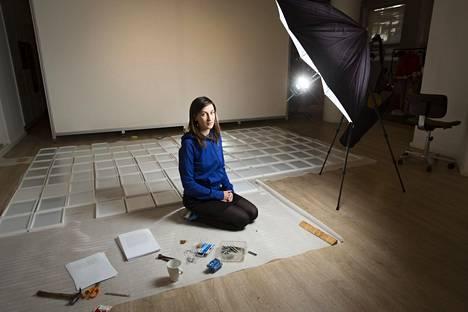 Nastja Säde Rönkön teos Dear Diary koostuu 365 kehystetystä päiväkirjan sivusta. Ne voi nähdä galleria Saariaho Järvenpäässä.