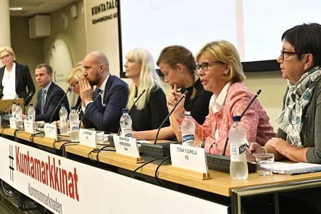Anna-Maja Henriksson (toinen oik.) osallistui keskiviikkona puoluejohdon paneeliin Kuntamarkkinoilla.