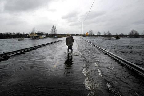 Ounasjoen tulviminen katkaisi tien Sodankylään  toukokuussa 2005.