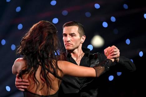 Edis Tatli (oik.) ja Katri Mäkinen (vas.) kisaavat Tanssii tähtien kanssa -ohjelmassa.