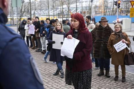 Marjaana Toiviainen osallistui viime maaliskuussa Helsingissä Pasilan poliisitalon ulkopuolella mielenosoitukseen afganistanilaisten turvapaikanhakijoiden pikapalautusta vastaan.