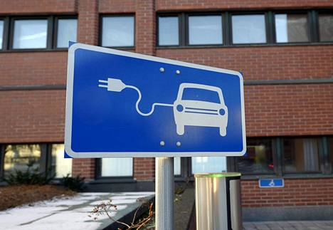Sähköauton latauspiste Kuntatalolla Helsingissä.