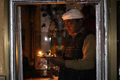 Jairam Mahajar, Pakistanin valtiolta palkkaa saava hindupappi, palvoo Krishnan patsasta temppelissä Rawalpindissä.