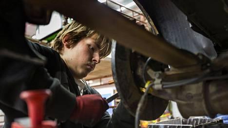 Nurmeksessa neljättä vuotta autonasentajaksi opiskeleva nurmeslainen Tommi Huttunen menee suunnittelee jäävänsä kotiseudulle asumaan, jos vain töitä löytyy.