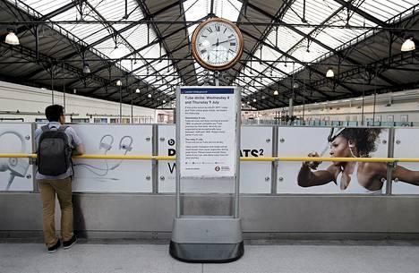 Matkustaja seisoi lakosta tiedottavan kyltin vieressä Earls Courtin asemalla Lontoossa keskiviikkona.