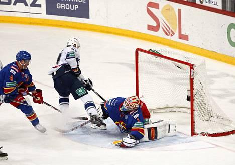 Maksim Karpov purjehti läpi kentän ja siirsi kiekon Henrik Karlssonin taakse.