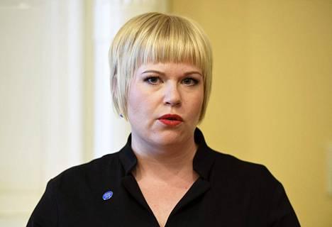 Perhe- ja peruspalveluministeri Annika Saarikko (kesk) haluaa pysäyttää rokotuskattavuuden laskun.