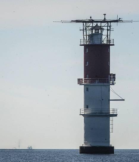 Helsingin majakalla kiikarin läpi otetussa kuvassa Tallinnan televisiotorni siintää horisontissa.