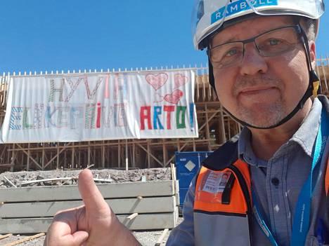 Arto Hurtan eläkkeelle jäämistä juhlistettiin työmaalla viime viikon torstaina. Päivänsankari ilahtui banderollista kovasti.