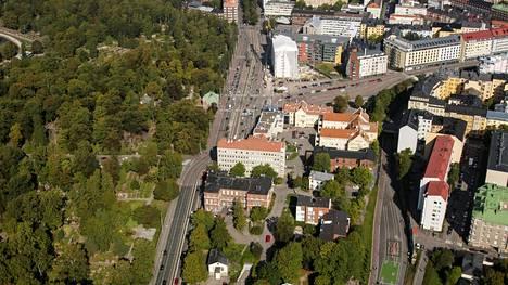 Marian sairaala sijaitsee Mechelininkadun ja Pohjoisen Rautatiekadun kainalossa. Ilmakuva vuodelta 2013.