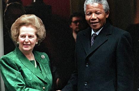 Britannian pääministerinä toiminut Margaret Thatcher kätteli Etelä-Afrikan apartheidin vastaista johtajaa Nelson Mandelaa heinäkuussa 1990.