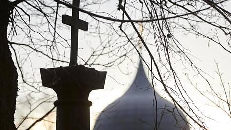 Helsingin hiippakunnassa hautausmaiden siunauskappeleissa on voinut viettää myös eriuskoisten ja uskonnottomien tilaisuuksia. Kuva Hietaniemen hautausmaalta, taustalla ortodoksinen kappeli.