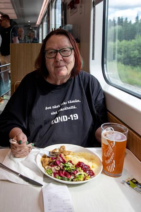 Leena Järnforsilla on netistä tilattu paita, jossa kehotetaan pysymään kauempana. Viesti on hänen mukaansa myös mennyt perille.