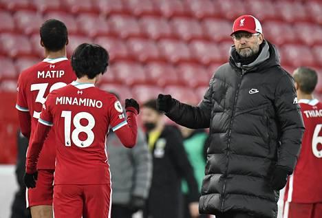 Liverpoolin päävalmentaja Jürgen Klopp näytti pettyneeltä kiittäessään ottelun jälkeen pelaajiaan Joel Matipia ja Takumi Minaminoa.