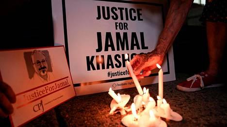 Murhatun toimittajan Jamal Khashoggin muisteltiin murhan vuosipäivänä Saudi-Arabian lähetystön edessä Washingtonissa lokakuussa 2019.
