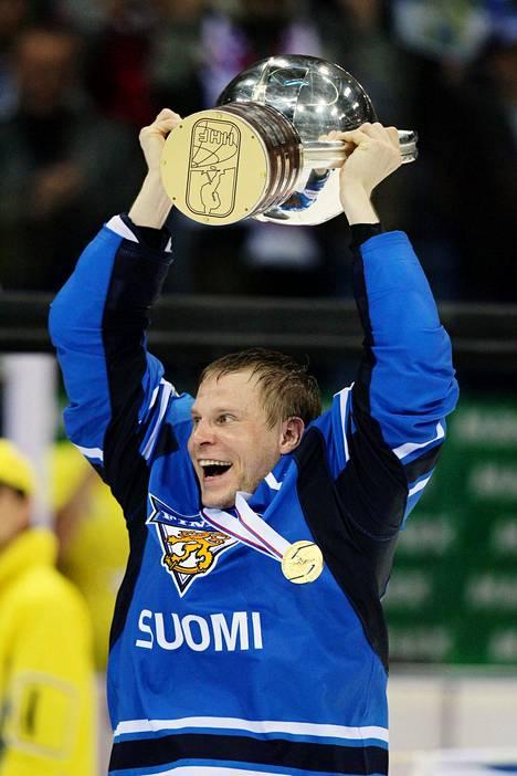 Mikko Koivu ja maailmanmestaruuspokaali vuonna 2011 Bratislavassa.