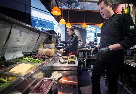 Tony Branderin (vas.) ja Mikko Vettenrannan ravintolassa on riittänyt avajaisviikoilla vipinää ja vilskettä.