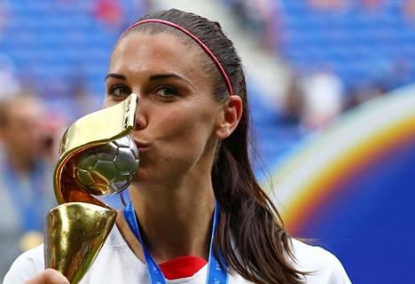Alex Morgan juhli jalkapallon MM-kultaa 7. heinäkuuta 2019.