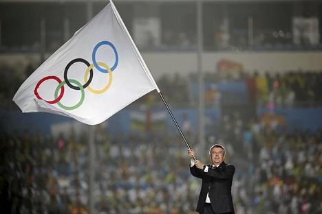 KOK:n puheenjohtaja Thomas Bach heilutti olympialippua nuorten olympialaisten avajaisissa Kiinan Nanjingissa.