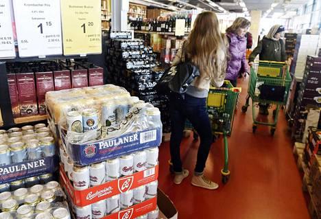 Oluttölkit tekivät kauppansa Tallinnan Sadamarketissa viime kesänä. Tölkeistä maksetaan Viroon 10 sentin pantti.