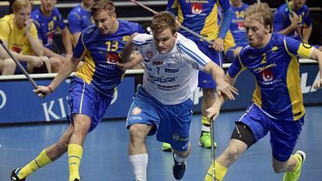 Suomen Janne Hoikkanen yritti päästä Ruotsin Mattias Samuelssonin ja Johan Samuelssonin ohi.