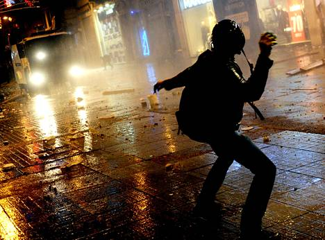 Joulukuussa paljastunut laaja korruptioskandaali sai mielenosoittajat kaduille Istanbulissa.
