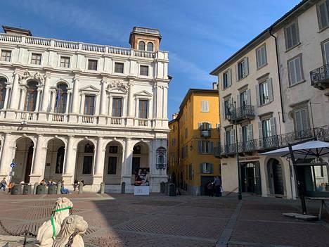 Bergamon Piazza Vechina oli maanantaina hiljainen.