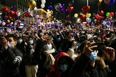 Ihmiset kerääntyivät juhlimaan uuttavuotta Wuhanissa Kiinassa.