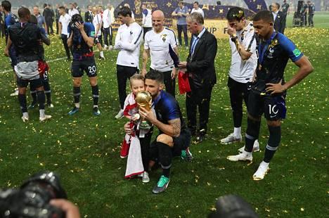 Olivier Giroud poseerasi tyttärensä kanssa MM-pokaali kädessään.