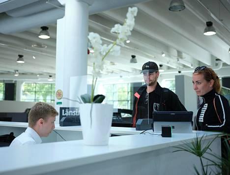 Ida Grönman (oikealla) ja Rolf Autio vuokrasivat kesäauton Enterpriselta.