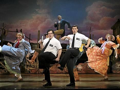 Book of Mormon musikaalin pääosia näyttelevät Josh Gad (vas.) ja Andrew Rannells (oik.).