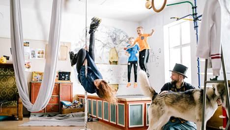 Lapset Ruut, Luukas ja Aamos ottavat ilon irti isänsä Juha Järvisen rakentamasta kiipeilykodista. Koirat Usva ja Neva.