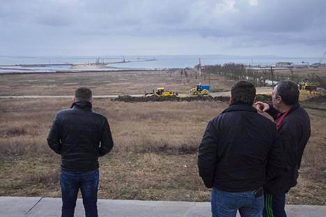 Putinin linjapuheen mukaan Krimiä ja Krasnodar Kraita yhdistävä Kertšin salmen silta etenee aikataulussa. Kuva on helmikuulta.