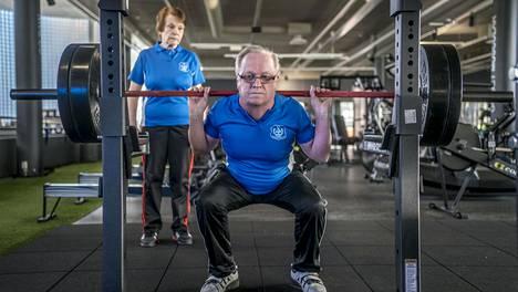 Pirjo ja Markku Kemppainen kiertävät voimanostokisoja palkintoja keräillen.